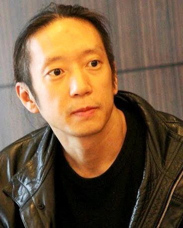 Foto de John Myung con el cabello amarrado