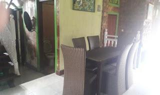 Meja makan di lantai 1
