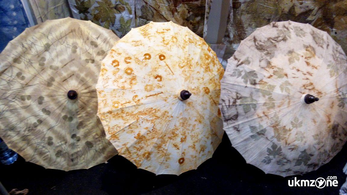 Debora Art - UKM UMKM IKM dari Yogyakarta menghasilkan produk unik dengan tehnik Eco Print dalam bentuk payung - UKM ZONE