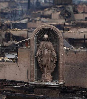 No espetáculo de cidade bombardeada, Nossa Senhora é único ponto de referência