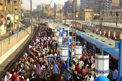 هجوم مواطنين علي محطات المترو دون دفع تذاكر