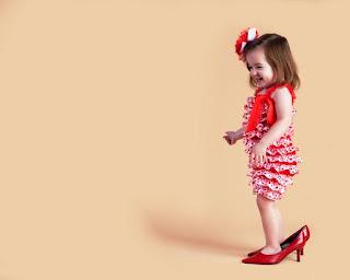 Foto Gambar Bayi Pakai Sepatu High Heels Kebesaran 4