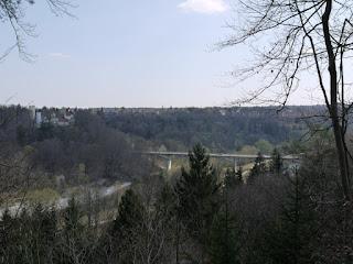 Blick auf die Grünwalder Burg und die Grünwalder Isarbrücke