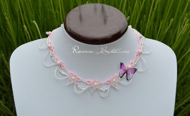 collier mariage rose avec papillon transparent