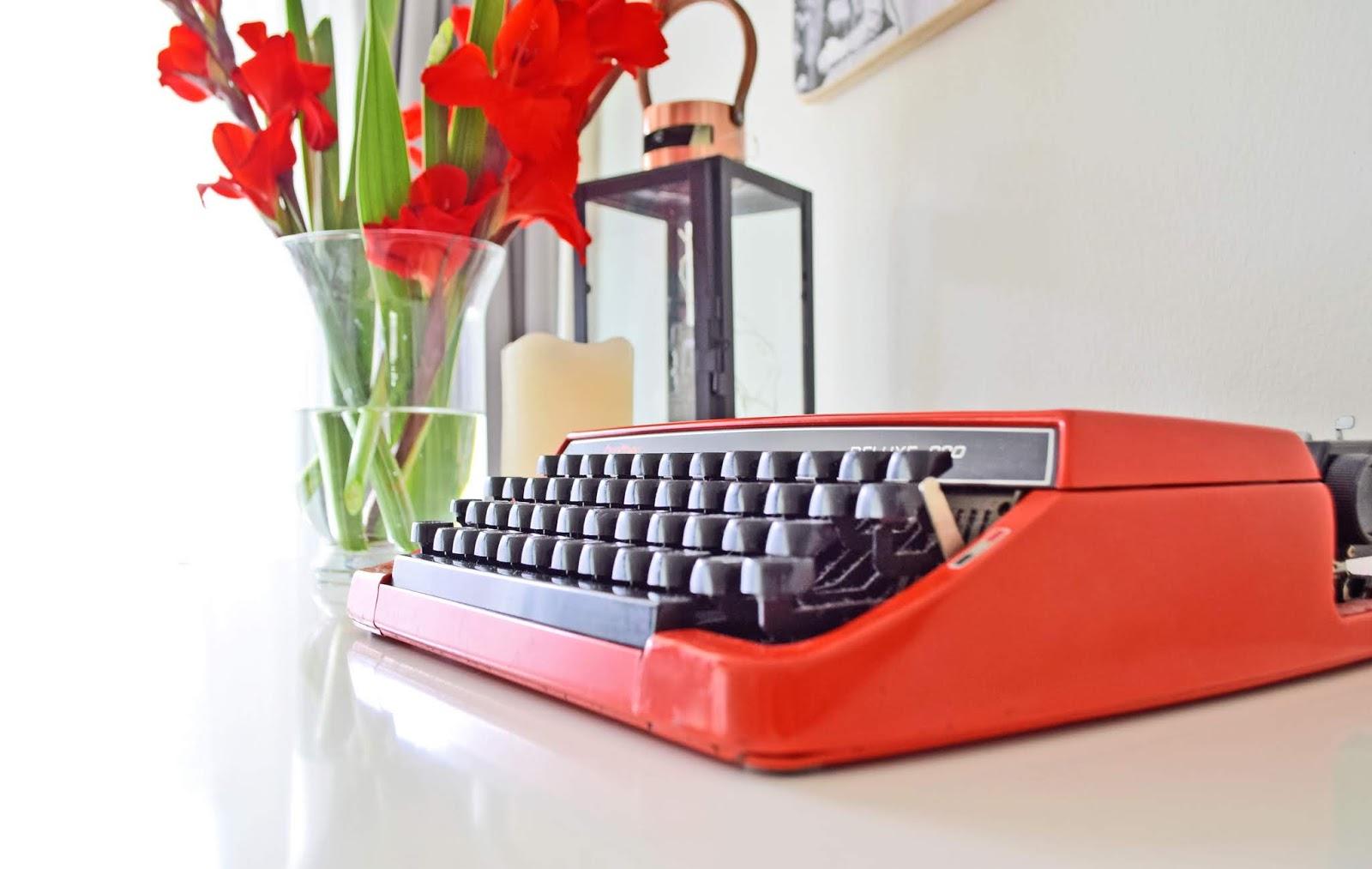 Stara czerwona maszyna do pisania