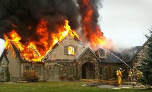 Nhà cháy gây nhiều thiệt hại về người và của.