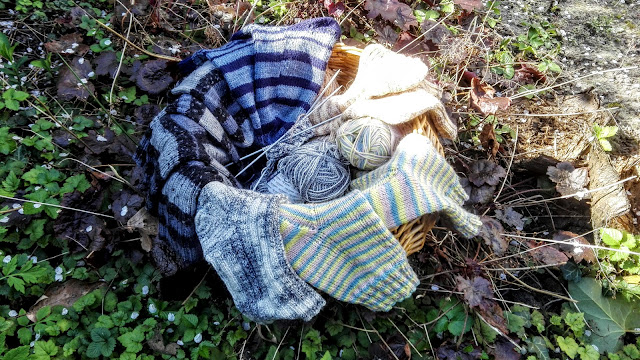 Mand met zes paar verschillende gebreide sokken.