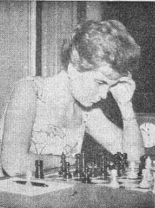 Pepita Ferrer Lucas frente al tablero de ajedrez