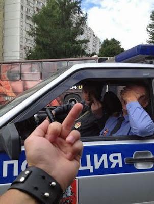 Stinkefinger der Polizei zeigen - lustige Menschen die nerven