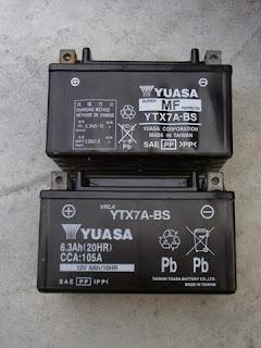 台湾ユアサTAIWAN YUASA YTX7A-BSバッテリー。新旧バッテリーのケースサイズは当たり前のように同じだが、印刷に多少違いがありますCCA値105Aの印刷あります。