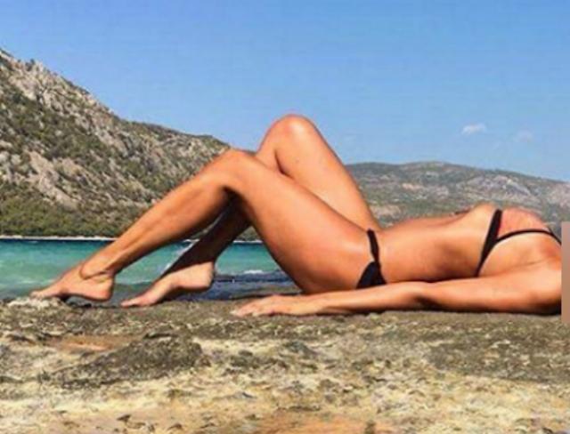 Η φωτογραφία του καλοκαιριού: Η 50χρονη Ελληνίδα θεά που... βάζει κάτω όλες τις 20αρες!