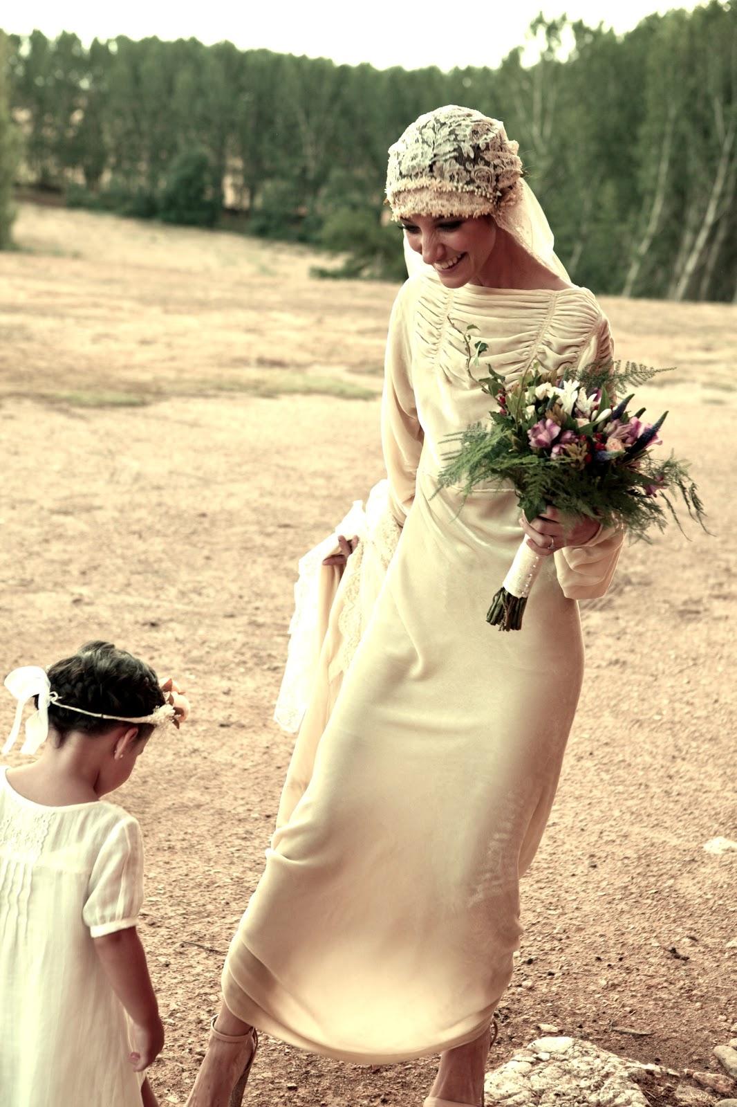540f1ee47 El escote de la espalda es impresionante y combinó el vestido con un velo de  encaje combinado con tul y una coronita de flores…