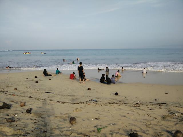 Pengunjung Pantai Santolo, Pamengpeuk, Garut