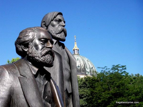 Estátua de Karl Marx e Friedrich Engels em Berlim, Alemanha