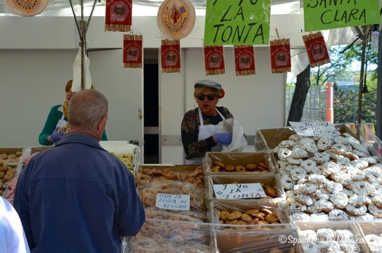 Fiestas San Isidro en Madrid マドリードのサンイシドロ祭りの伝統菓子ロスキージョスの露天商