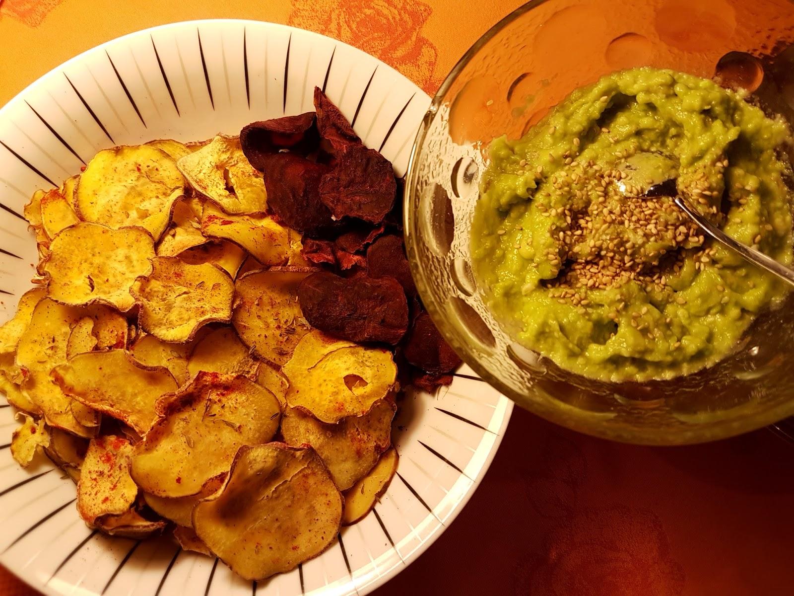 Chips de batata doce e beterraba com maionese verde