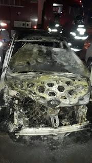 Veículo pega fogo nessa madrugada no estacionamento do HRSAJ; confira no vídeo o carro completamente destruído pelas chamas