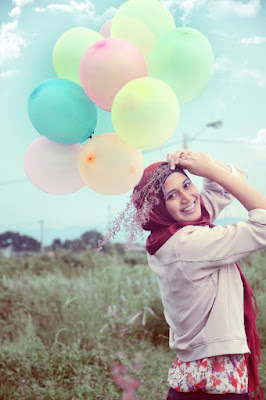 Tips Konsep Hunting Foto Hijab Natural dengan balon cewek cantik hijab merah manis cute ibu-ibu jadi model