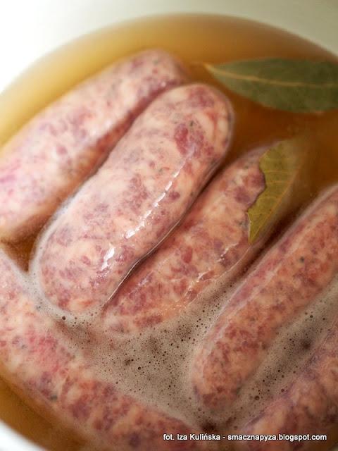 kielbasa w sosie cebulowym, wereszczaka po warszawsku, danie staropolskie, kuchnia staropolska, kielbasa wieprzowa, wielkanoc, proste danie, jak podać kielbase, cebula, jasne piwo