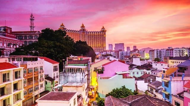 Làng Taipa được coi là điểm đến hàng đầu của Macau về văn hóa và di sản. Đây là một trong những khu vực được bảo tồn tốt nhất của thị trấn. Bạn sẽ tìm thấy các nhà hàng và cửa hàng lưu niệm tuyệt vời hay Bảo tàng Nhà Taipa.     Làng Taipa được xây dựng vào năm 1921, pha trộn giữa kiến trúc, văn hóa của châu Âu và Trung Quốc. Những ngôi nhà xanh đặc biệt này từng là nơi cư ngụ của thống đốc Bồ Đào Nha và các quan chức cấp cao khác và gia đình của họ. Năm 1999, nơi đây đã được chuyển thành một khu phức hợp bảo tàng.
