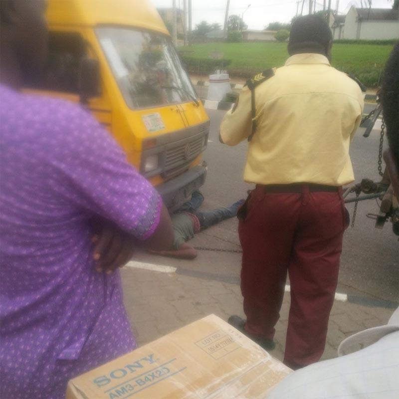 Danfo driver prevents LASTMA from towing his bus by crawling underneath