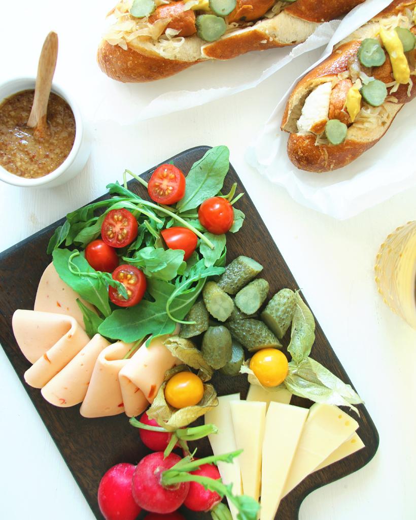 Oktoberfest für zu Hause: Bayrischer Hotdog | whatinaloves.com