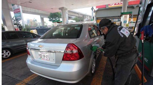 México evalúa postergar nuevamente aumento de gasolina