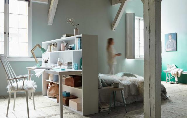 Dormitorio en el salón separado por estantería cabecero