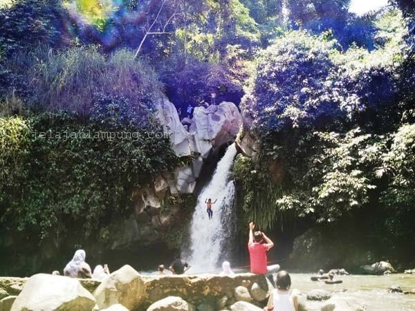 aksi terjun ke air terjun way lalaan