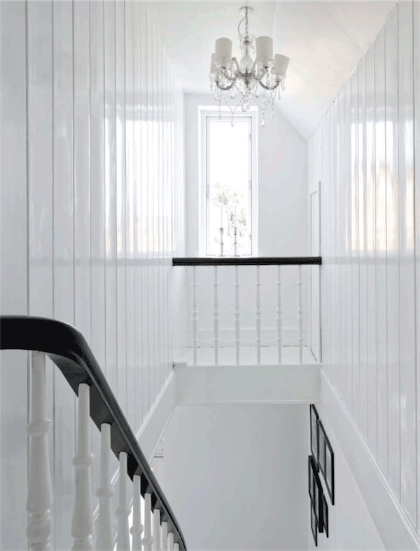 escaleras y pared de madera blanca brillante chicanddeco