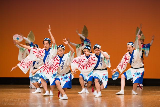 東京新のんき連の踊り手が粋に踊る姿の写真