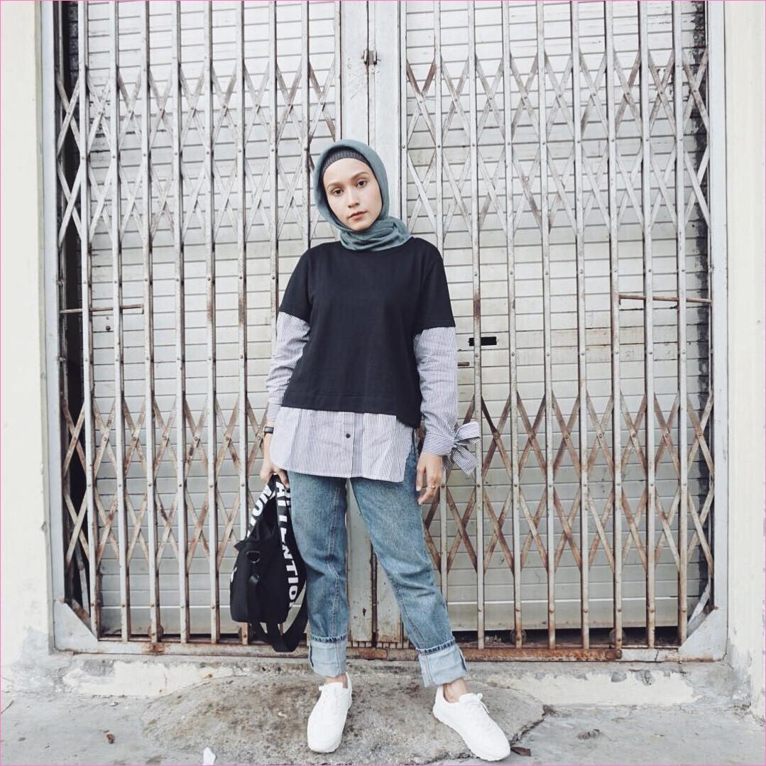 Outfit Celana Jeans Untuk Hijabers Ala Selebgram 2018 kemeja blouse totebags hitam ciput rajut kerudung segiempat hijab square abu tua pants jeans denim sneakers kets putih jam tangan hitam ootd trendy