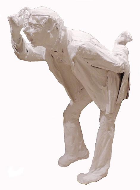 escultura al yeso de Francesc Anglès hombre con gafas mirando