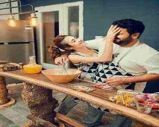 زوجين رومانسيين في المطبخ