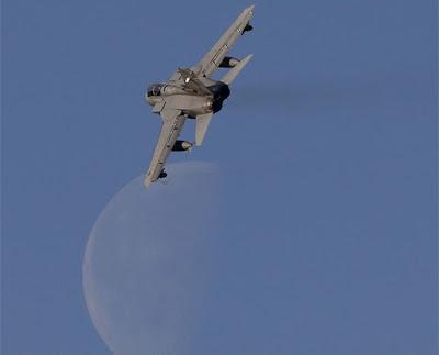 Un caza Tornado sobrevuela el cielo de EscociaRussell CheyneReuters