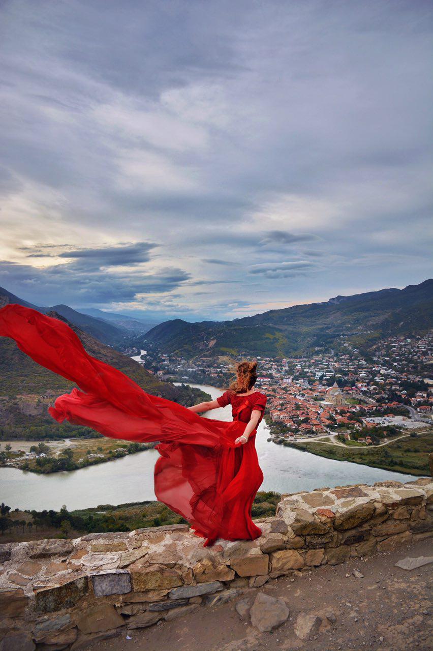 Фотосессия в летящем платье девушка в Грузии