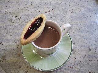 """Barquette façon """"LU"""" à la confiture de mûre avec une tasse de chocolat chaud"""