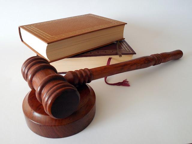 Martillo de juez y libro de ley