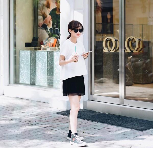 Xem mỹ nữ việt chọn giày Sneaker đế cao bắt cặp hoàn hảo cùng váy h19è