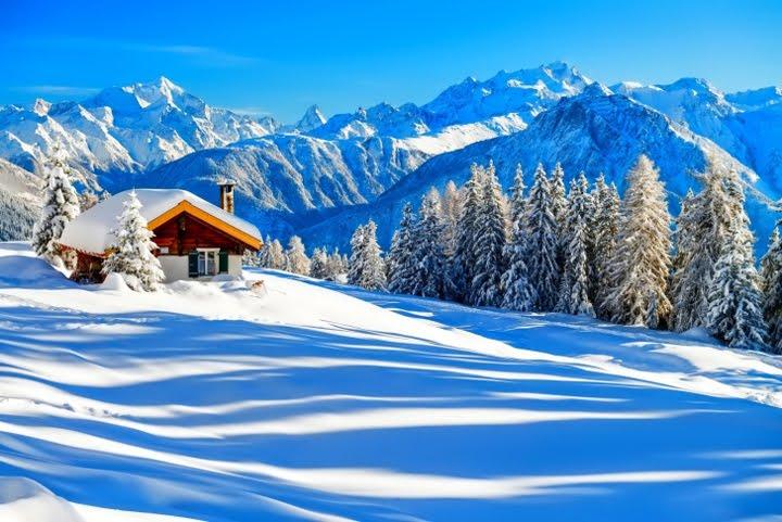 kışın dağın tepesinde kulübe kış resimleri