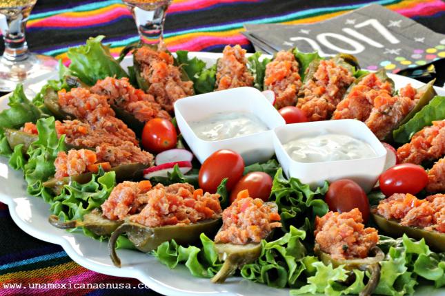 Chiles jalapeños rellenos de cangrejo, una deliciosa botana con sabor a México. Receta by www.unamexicanaenusa.com