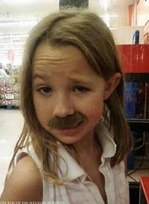 Witziges Mädchen mit englischem Bart Spaßbilder