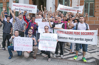 Aprovados em concurso da Guarda Municipal de Porto Alegre (RS) fazem ato para pedir nomeações