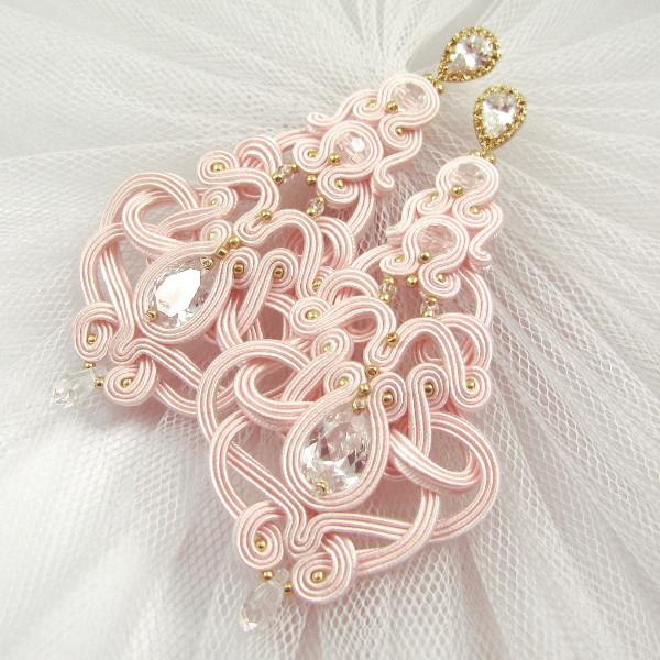 Kandelabrowe kolczyki sutasz do różowego bukietu ślubnego.