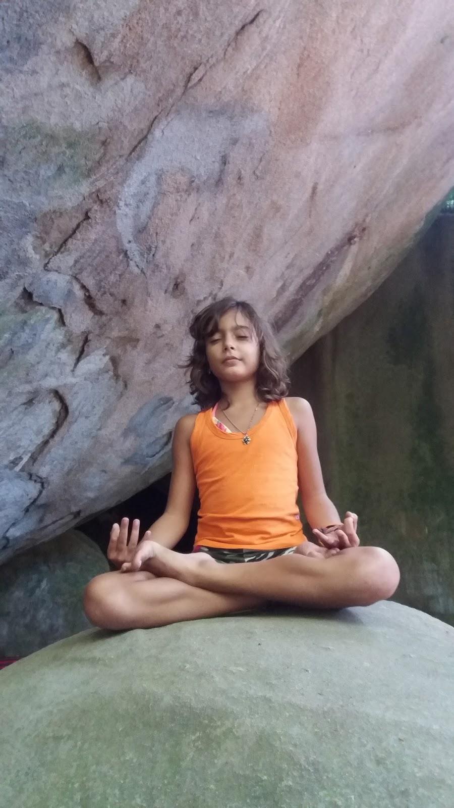 Isabela Azeredo meditando na pedra