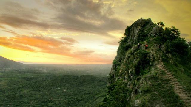 foto sunset di puncak bukit cumbri