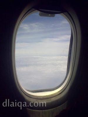 terbang di atas awan