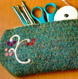 http://translate.googleusercontent.com/translate_c?depth=1&hl=es&rurl=translate.google.es&sl=en&tl=es&u=http://www.petalstopicots.com/2012/10/felted-hook-pencil-case-pattern/&usg=ALkJrhgl1_xu50fQIohGGCd0VZzNVuATdA