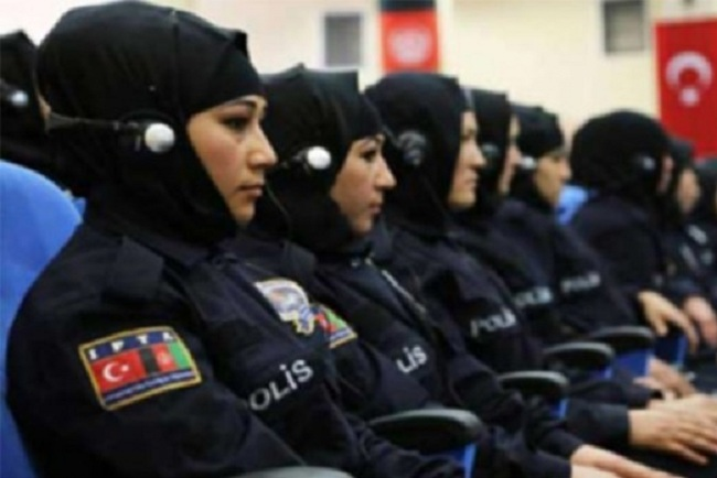 Presiden Turki Erdogan izinkan polwan kenakan jilbab sebagai bagian dari seragam resmi.
