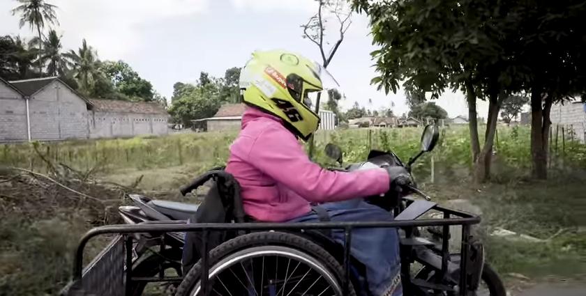 Meski Difabel, Sri Lestari Tetap Eksis Mengendarai Motor
